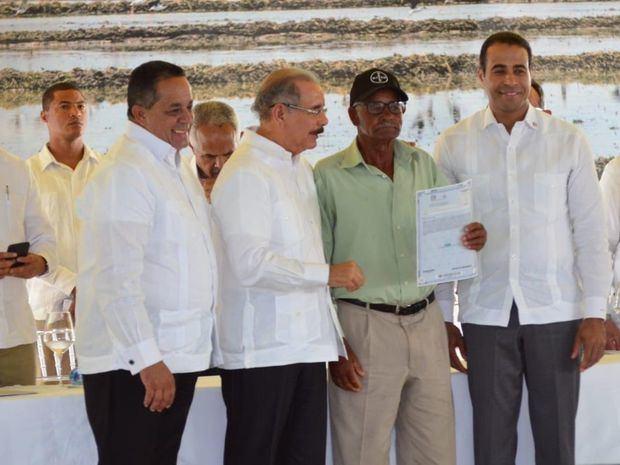 Presidente Danilo Medina entrega 1,047 títulos de Constanza y La Vega