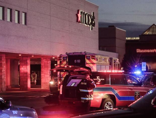 Personal de emergencia se reúnen a las afueras del centro comercial Macy's.