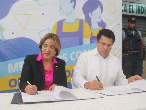 Síndico David Collado, durante la firma del convenio, realizado en el mercado de Honduras.