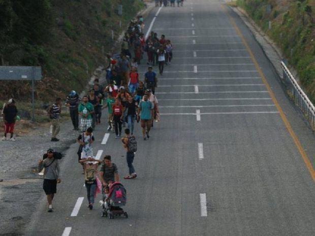Cientos de migrantes intentan cruzar la frontera de México con Estados Unidos