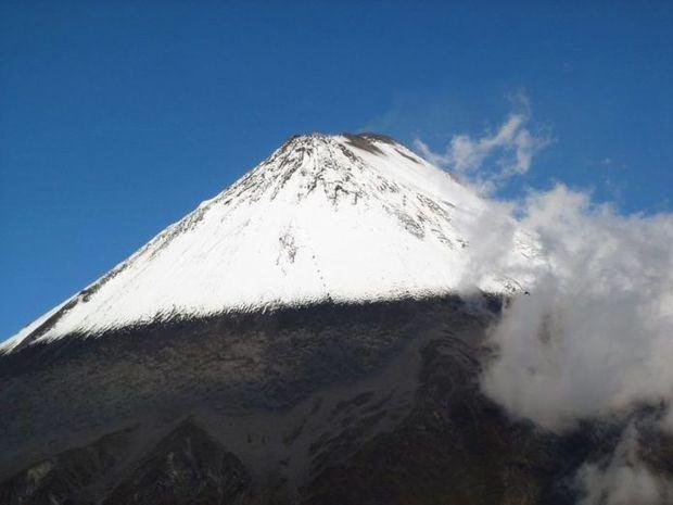 Imágenes de satélite advierten de una columna de emisión de ceniza y gases volcánicos del Sangay que, por efecto del viento, tiene dirección al oeste del macizo y que podría depositarse en zonas aledañas de la montaña.