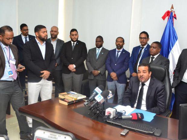 El fiscal Milcíades Guzmán Leonardo junto a fiscales de la jurisdicción de Santo Domingo Este que participaron en el operativo.