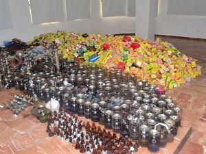Parte de las hookahs, materiales y accesorios que fueron decomisados por las autoridades.