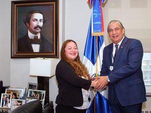 El cónsul general Carlos Castillo mientras recibía a la Sra. Alva Vila, directora de la Coalición del Norte de Manhattan para los Derechos del Inmigrante (NMCIR), para la implementación del programa de la Gobernación del Estado de Nueva York para asistir con servicios jurídicos y esenciales a los inmigrantes.
