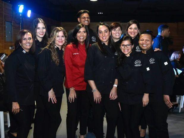 Chef Nicole Baba junto a los egresados de Pasteleria.