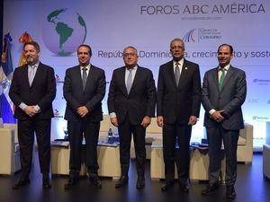 Ministro de Turismo, Francisco Javier García junto a miembros de la Primera Edición del Foro ABC América.