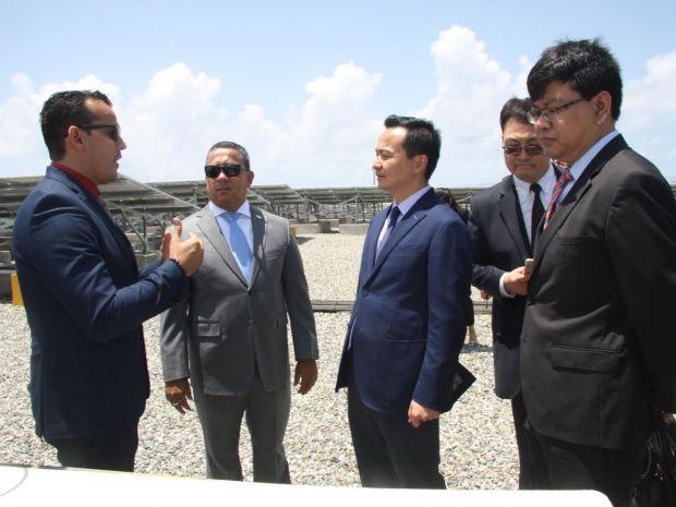 Los anfitriones del IDAC y la delegación china en un espacio del recorrido en la visita guiada.
