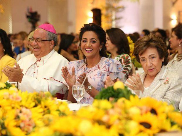 Monseñor Ramón Benito Ángeles, Cándida Montilla de Medina y Rosa Gómez de Mejía en el acto de premiación.
