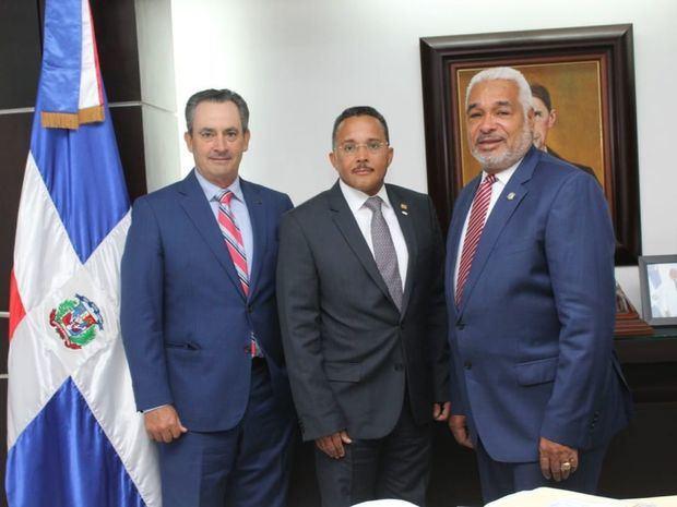 Cámara de Diputados y AMCHAMDR discuten iniciativas para mejorar el clima de inversión