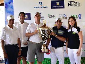 Los directivos de Adoexpo, Odile Miniño Bogaert, Karel Castillo y José Mella entregan la copa de ganadores a Oded Effes y Federico Bogaert.