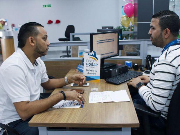 El comerciante Pedro Rosario, de Santiago, mientras gestionaba un préstamo hipotecario en la oficina Banreservas Yaque.