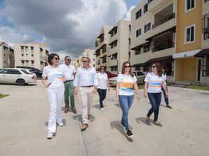 Mirjan Abreu, directora general de negocios Personales Banreservas; y Máximo Bisonó, segundo vicepresidente de Constructora Bisonó, acompañados por otros ejecutivos de ambas entidades, durante una visita a un proyecto habitacional en Santo Domingo.