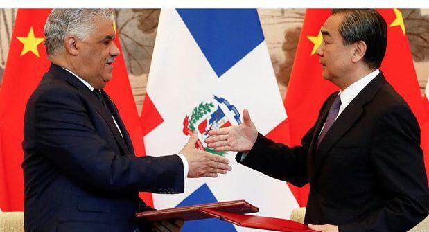 Ministro Chino Wang Yi y Ministro Dominicano de Relaciones Exteriores, Miguel Vargas.