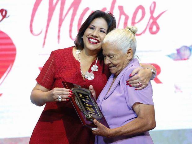 Margarita Cedeño distingue a 21 madres por contribuir a una sociedad en valores