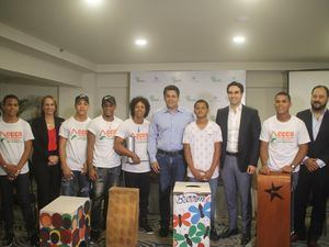 David Collado junto a integrantes de la empresa Philip Morris Dominicana y la entidad Mujeres en Desarrollo Dominicana (MUDE).