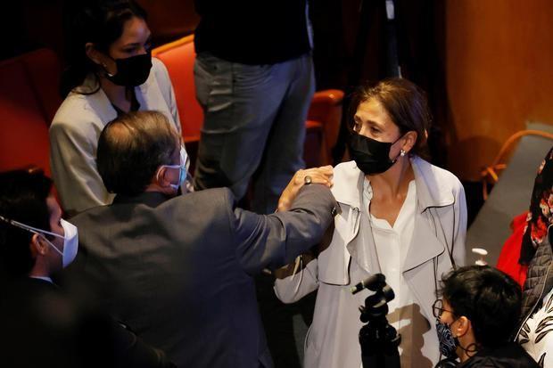 La excandidata presidencial colombiana Ingrid Betancourt (d), quien estuvo seis años secuestrada por las FARC, fue registrada al asistir a un encuentro con exintegrantes del antiguo secretariado de las FARC, en Bogotá, Colombia.