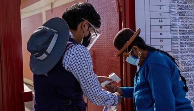 Perú presenta la mayor disminución de muertes por covid-19 en Latinoamérica
