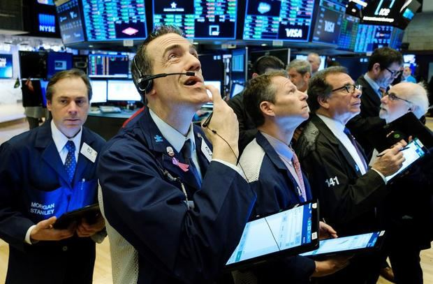 Comerciantes trabajan en la Wall Street en Nueva York, Estados Unidos.