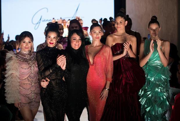 La diseñadora dominicana Giannina Azar (3i), saluda tras presentar sus creaciones durante la primera jornada del República Dominicana Fashion Week (RDFW), este martes en Santo Domingo, República Dominicana.