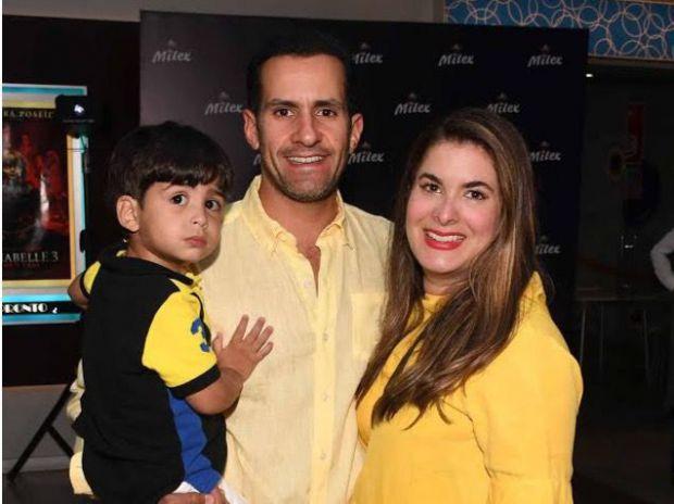 Miguel Vila y Julie Mejía junto al niño Miguel Ballardo.