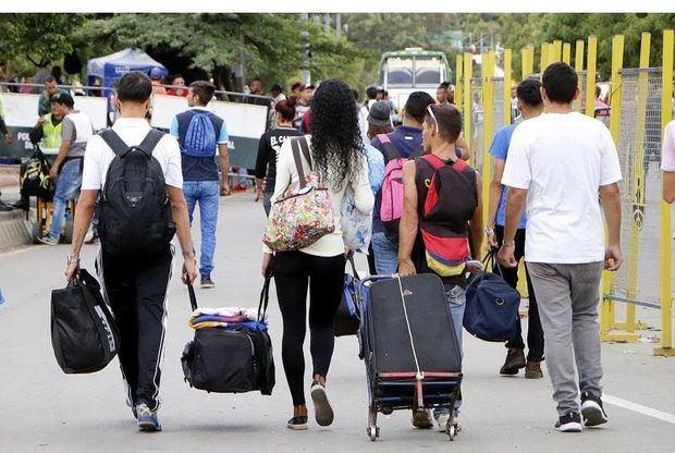 Según Migración Colombia, la mayoría de venezolanos pasaron la noche en casas de familiares y amigos, pero cerca de 200, entre ellos 77 menores de edad, tuvieron que ser ubicados en un campamento improvisado instalado en el coliseo de Puerto Santander.