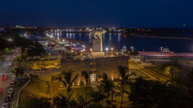 Inaugurado en 1983 y donado por México un año antes, el representativo monumento de Fray Antonio de Montesinos, esta ubicado en la avenida George Washington, en Santo Domingo y rinde homenaje al célebre defensor de los indios taínos.