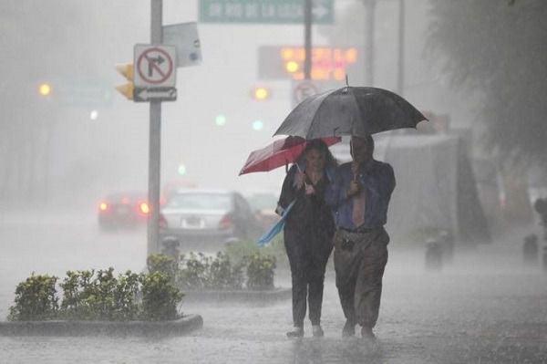 Efectos del sistema frontal y onda tropical provocarán aguaceros y tronadas.