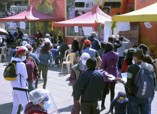 Varias personas acuden a un centro de vacunación para recibir la vacuna contra la covid-19 hoy, durante una jornada de 'megavacunación' en La Paz, Bolivia.