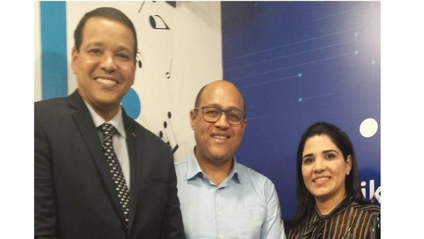 Elìas Dinzey, gerente general de la Fundación Popular , Tony Arias y Mariel Bera Asencio VP de Relaciones Pùblicas del Banco Popular.