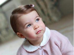 La princesa Carlota, en una de las fotos difundidas por los duques de Cambridge en razón de su primer cumpleaños.