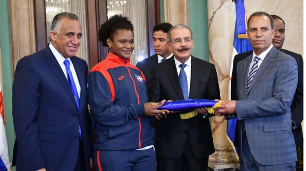 El presidente de la República, licenciado Danilo Medina  entrega la bandera  a la atleta que a la pesista Crismeri Santana, y al Jefe de Misión, ingeniero Garibaldy Bautista,