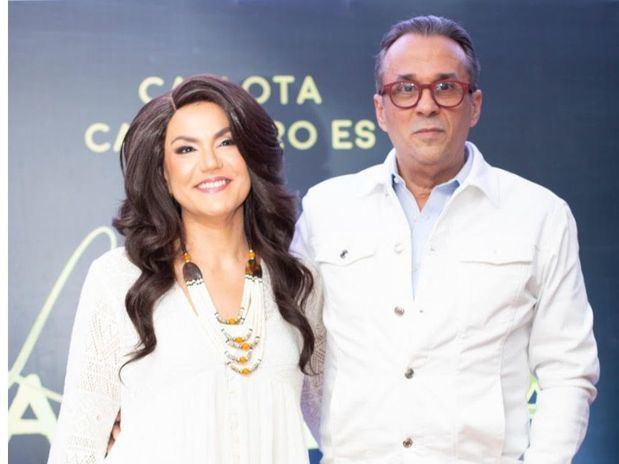 Carlota Carretero junto a Guillermo Cordero en la  rueda de prensa realizada en el Rooftop By Meridian de Novo Centro.