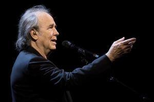 El cantautor español Joan Manuel Serrat en un concierto.