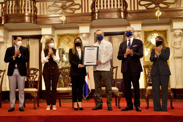 Abinader y De Camps entregan certificados de cumplimiento de protocolos de prevención a sector turístico