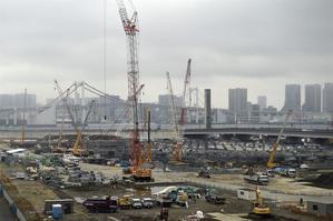 Grúas en un descampado en Tokio (Japón). Japón registró superávit corriente de 11.728 millones de euros en noviembre.