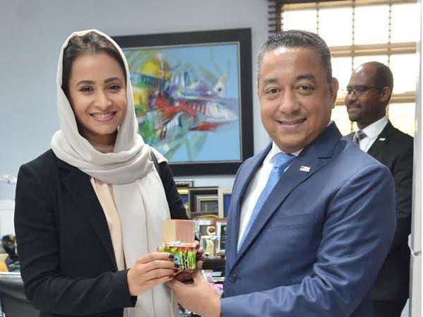 El director general del IDAC Alejandro Herrera obsequia un souvenir a Aysha Al Hamili, representante de los Emiratos Árabes Unidos ante la Organización de Aviación Civil Internacional (OACI).