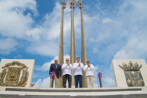 Alcalde David Collado inaugura remozamiento de la Plaza de la Trinitaria