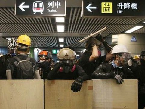 Una huelga convocada desde internet en Hong Kong por trabajadores de una veintena de sectores ha dejado hoy varias líneas del metro sin funcionamiento y provocado retrasos y cancelaciones en los vuelos de este centro financiero.