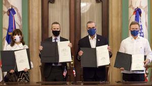 El acuerdo fue firmado, en representación de la República Dominicana por el presidente Luis Abinader y el canciller, Roberto Álvarez; mientras que por los Estados Unidos firmaron la embajadora Robin Bernstein y Adam Boehler, director ejecutivo de la Corporación Financiera de Desarrollo Internacional.