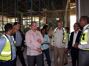 El ministro de Cultura, arquitecto Eduardo Selman, y el director de la Comisión Presidencial para el Desarrollo Provincial, licenciado Francisco del Valle Ramírez, recorren la Plaza de la Cultura Juan Pablo Duarte.