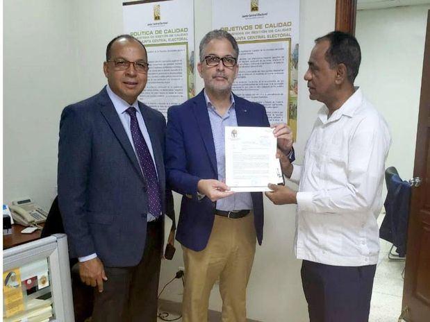 El Dr. Ramón Hilario Espiñeira, secretario General de la JCE y los delegados del PRD Teófilo Rosario y José Miguel Vásquez.