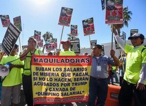 Protesta de un grupo de mexicanos en la frontera con Estados Unidos para reclamar al Gobierno una subida del salario mínimo.
