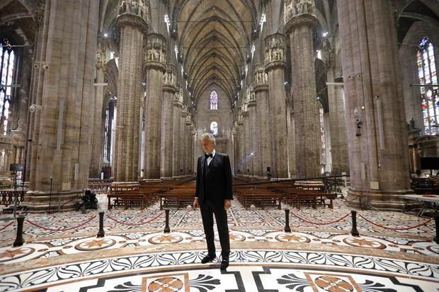 Bocelli llena la desierta catedral de Milán de música para la esperanza