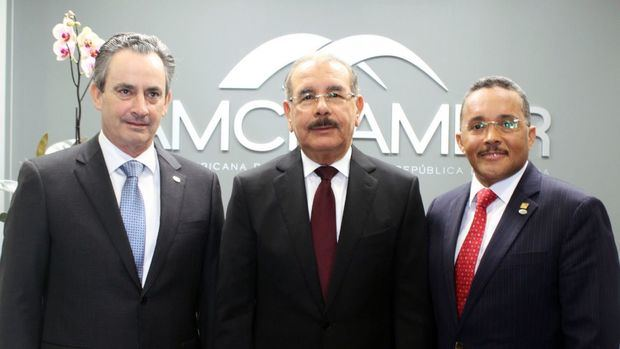 Ramón Ortega y William Malamud, presidente y vicepresidente ejecutivo de AMCHAMDR junto al presidente Danilo Medina.