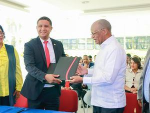 Héctor Mojica y Miltón Reyes ya firmado el acuerdo del nuevo corredor OMSA.