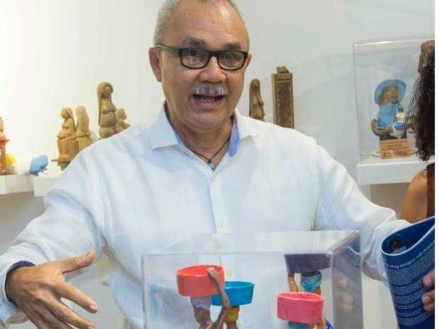 Miguel Pimentel, presidente de la Dirección de Fomento y Desarrollo de la Artesanía (Fodearte), expuso sobre la composición y creación de las muñecas dominicanas que se exhibieron en la muestra.