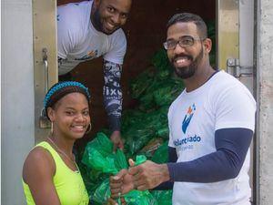 Cada viernes, residentes en los barrios ubicados en las márgenes de los ríos Ozama y Yaque del Norte participan en el intercambio de plásticos por alimentos, coordinado por el Voluntariado Banreservas.