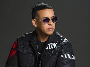 Fotografía cedida por la cadena Univison donde aparece el reguetonero puertorriqueño Daddy Yankee, que ahora ejerce de productor ejecutivo del nuevo programa de televisión 'Reina de la Canción' reservado exclusivamente a mujeres.
