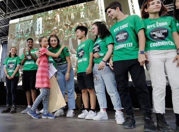 Miles de jóvenes estudiantes, en gran parte adolescentes, arrancaron este viernes en la plaza Foley de Nueva York la denominada 'Huelga del Clima', para pedir a los líderes mundiales que tomen medidas urgentes para revertir la crisis climática.