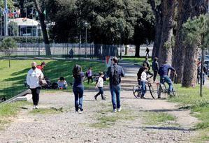 Italia suma 13.817 casos y 322 muertos en vísperas de relajar las restricciones.